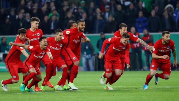 La gioia dell'Eintracht in semifinale di Dfb-Pokal: vittoria ai rigori in casa del Gladbach. | Fonte immagine: Frankfurter Rundschau