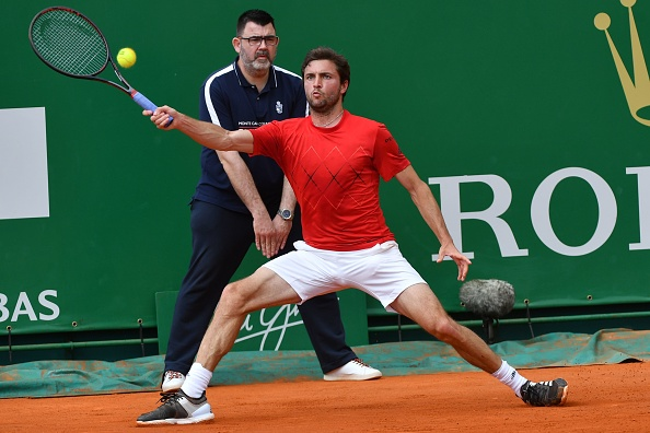 Gilles Simon stretches to return a shot back into court (Photo: Yann Coatsaliou/Getty Images)