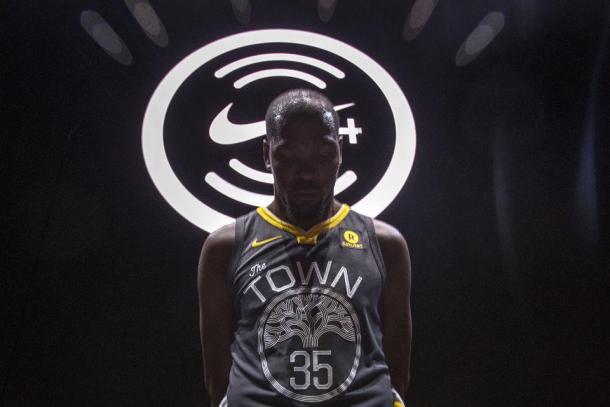 Kevin Durant posando con la nueva camiseta. Foto: forbes.com