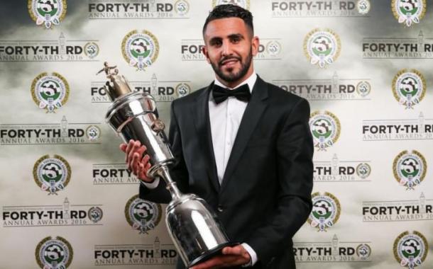 Mahrez posa con el trofeo a jugador del año. Foto: PFA