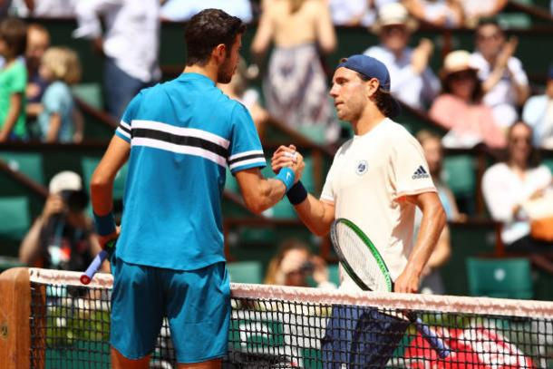 Both players meet at the net for a nice exchange after the encounter | Photo: Cameron Spencer/Getty Images Europe