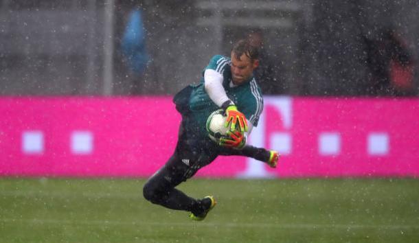 Neuer em aquecimento debaixo de muita chuva (Alexander Hassenstein/Bongarts/Getty Images)