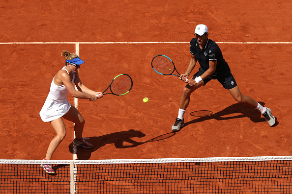 Gabriela Dabrowski and Mate Pavic return the ball (Photo: Matthew Stockman/Getty Images)