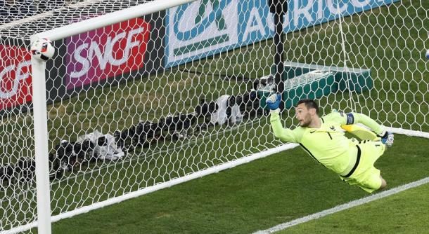 Hugo Lloris helpless as Kimmich's strike hits the bar | Photo: The San Diego Union-Tribune / AP