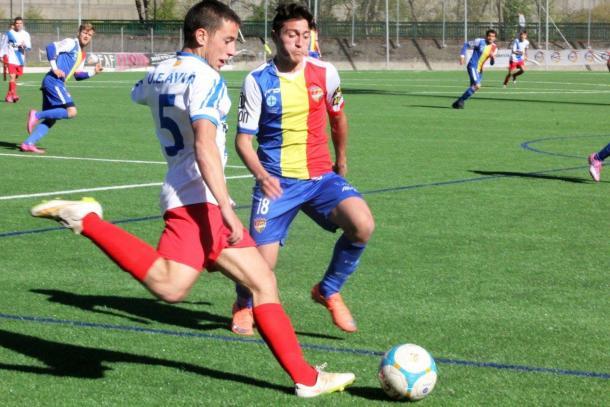 Alexandre pugna por el balón | Foto: FAF (Federación Andorrana de Fútbol)