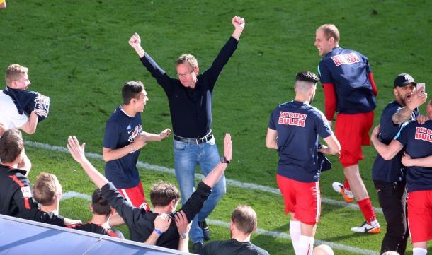 Ralf Rangnick comemorando o acesso para primeira divisão e deixará o comando cedendo seu lugar a Ralph Hasenhüttl