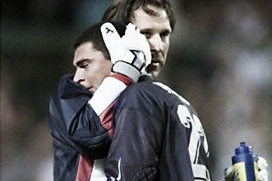 Faryd Mondragón consolado por David Seaman en Francia 98 | Foto: Jaime Macías en twitter