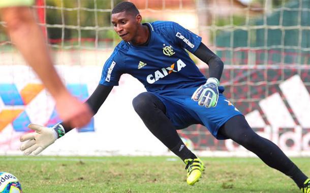 Solução na base: após um 2017 cheio de problemas na posição de goleiro no profissional, Hugo Souza pinta como bom nome para o futuro | Foto: Divulgação/Flamengo