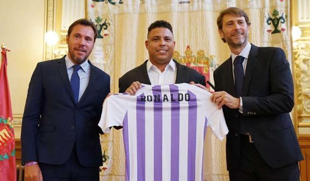 Ronaldo con el Óscar Puente, alcalde de Valladolid, y Carlos Suárez, anterior propietario | Real Valladolid