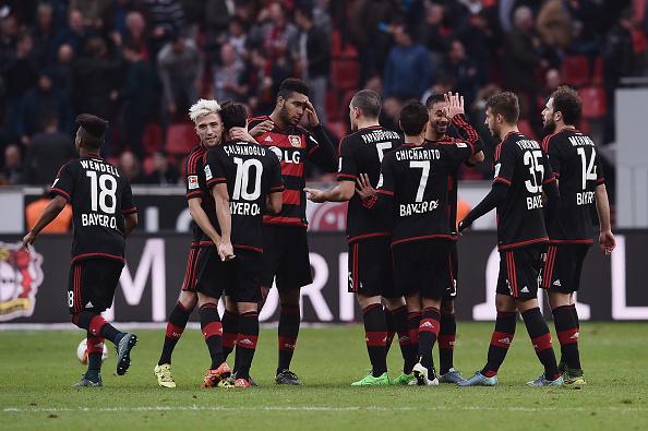 Jogadores celebrando a vitória de virada sobre o Stuttgart por 4 a 3 Foto: Dennis Grombkowski/Getty Images