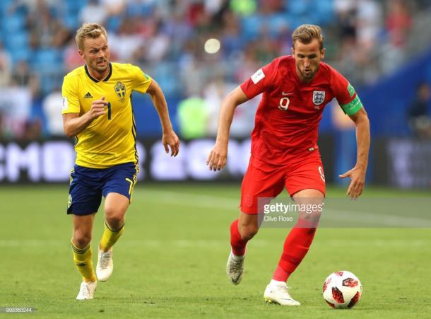 Harry Kane disputando el balón con Sebastian Larsson | Foto: Getty Images