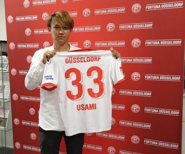 Takashi Usami poses with the number 33 shirt. | Photo: Fortuna Düsseldorf.