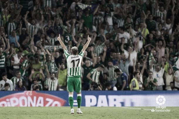 Joaquín festeja sobre el césped del Villamarín un gol ante el eterno rival, el Sevilla FC | Foto: LaLiga