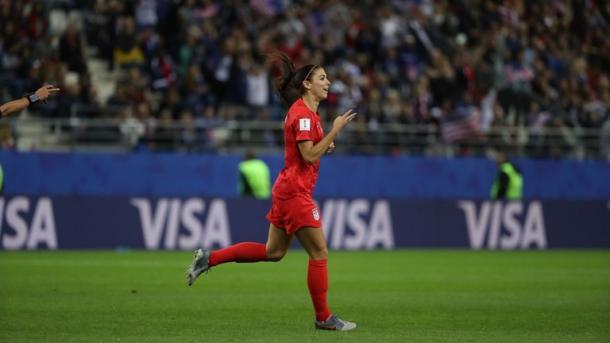 Alex Morgan celebra uno de sus goles a Tailandia / Foto: FIFA