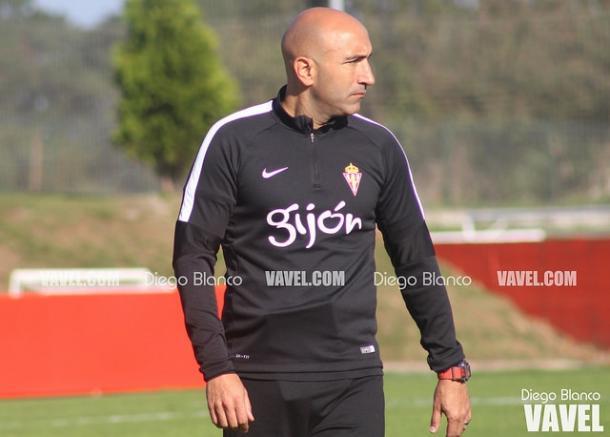 Abelardo dirigiendo un entreno en Mareo // Diego Blanco - VAVEL