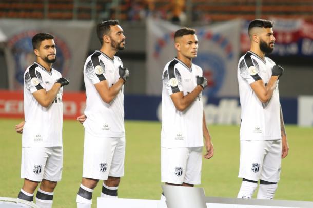 Jogadores do Ceará com as luvas pretas durante a execução do Hino Nacional. (Foto: Israel Simonton/Ceará S.C.)