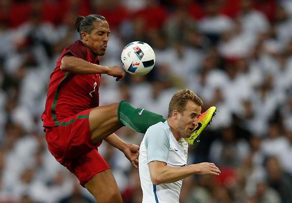 Lance em que Bruno Alves foi expulso, ainda no primeiro tempo | Foto: ADRIAN DENNIS/AFP/Getty Images)