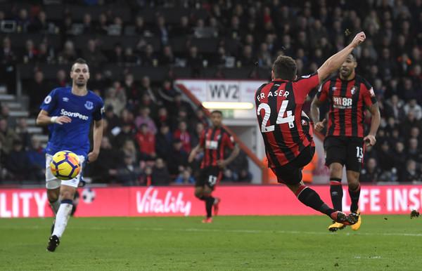 Fraser remata a gol ante Schneiderlin. Foto: Getty Images