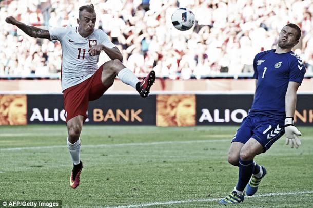 Above: Poland's Kamil Grosicki has a shot on goal in their 0-0 draw with Lithuania | Photo: AFP / Getty Images