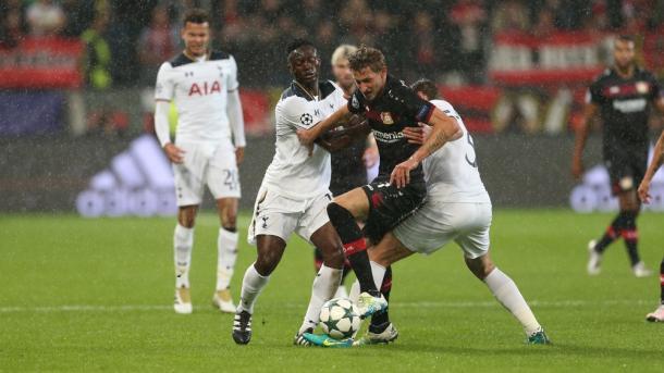 Kiessling pelea un balón con Sissoko y Vertonghen contra el Tottenham | Foto: Bayer Leverkusen