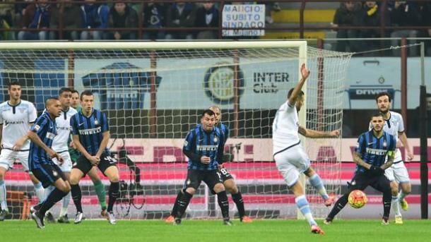 Il tiro vincente di Candreva nel match di San Siro. Fonte: AFP.