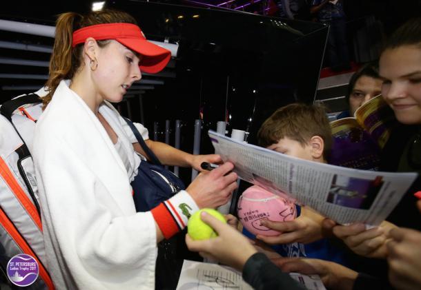 Alize Cornet signs for her fans after her win over Kirsten Flipkens | Photo: WTA St. Petersburg Ladies Trophy (Formula TX)