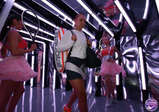 Elena Vesnina walks out onto the court in the Sibur Arena | Photo: WTA St. Petersburg Ladies Trophy (Formula TX)