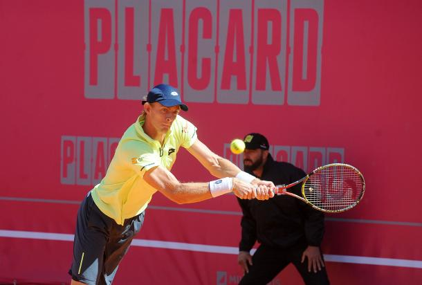 Kevin Anderson playing his first round match at the Millennium Estoril Open. (Photo by Millennium Estoril Open)