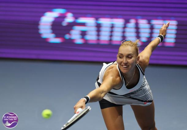 Elena Vesnina reaches out for a shot | Photo: WTA St. Petersburg Ladies Trophy (Formula TX)