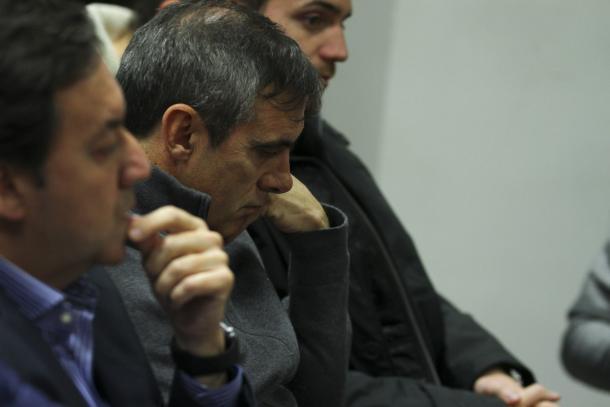 Manolo Salvador, cabizbajo, en la rueda de prensa de despedida de Oltra | Foto: Antonio L. Juárez