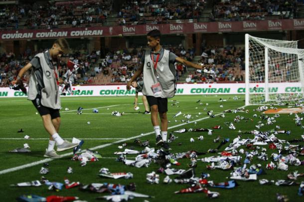 La afición llenó de aviones de papel incluso el terreno de juego | Foto: AL Juárez
