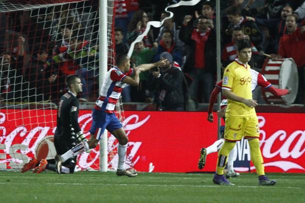 El Arabi celebra un gol al Sporting   Foto: Antonio L. Juárez