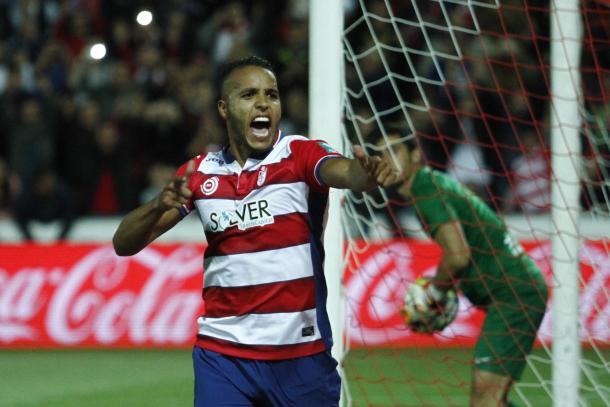 El Arabi celebra uno de sus goles al Levante | Foto: Antonio L. Juárez