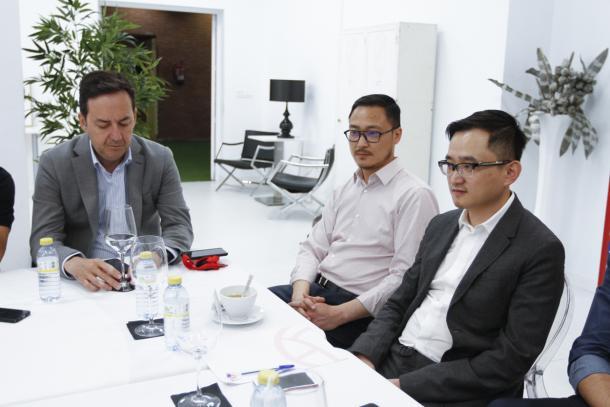 John Jiang, Kangning Wang y Monterrubio en su encuentro con la prensa | Foto: Antonio L. Juárez