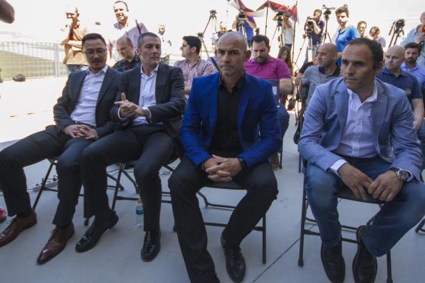 Paco Jémez el día de su presentación junto a dirigentes del Granada | Foto: AL Juárez