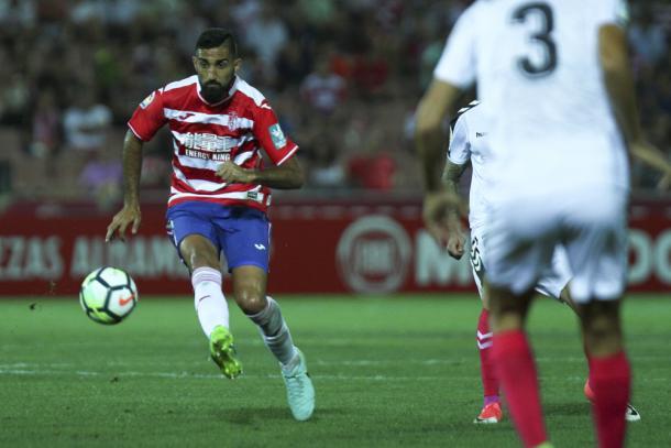 Menosse da un pase con el exterior durante el partido contra el Albacete. Foto: Antonio L Juárez