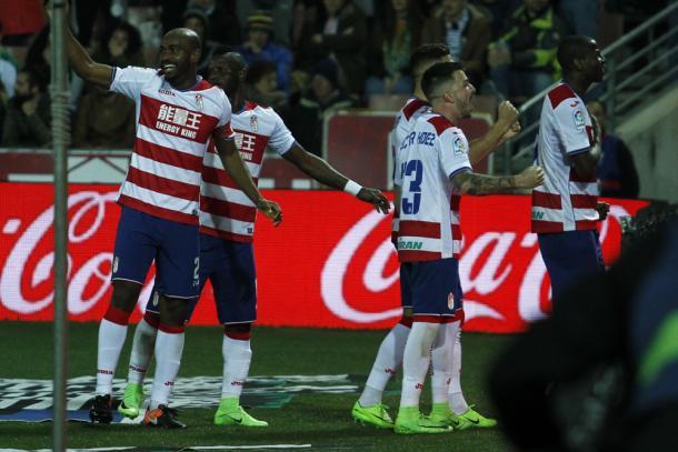 Los jugadores del Granada celebran un gol con la afición | Foto: AL Juárez
