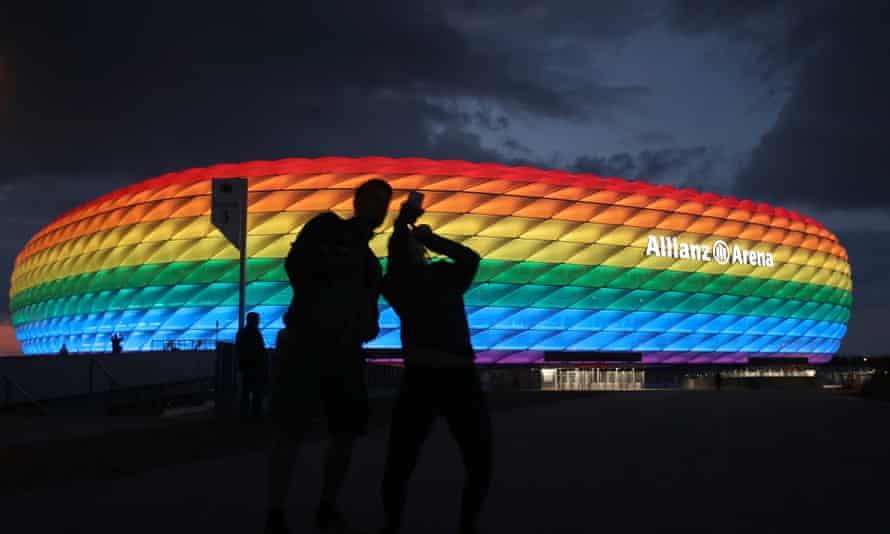 El estadio Allianz Arena iluminado con los colores de la bandera LGTBQ+./ Imagen: Getty Images
