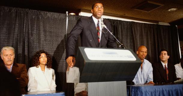 Jerry Buss, dueño de los Lakers, Cookie, mujer de Magic Johnson, Kareem Abdul Jabbar, compañero y estrella de la NBA, y ..... acompaña a Magic Johnson en la rueda de prensa.