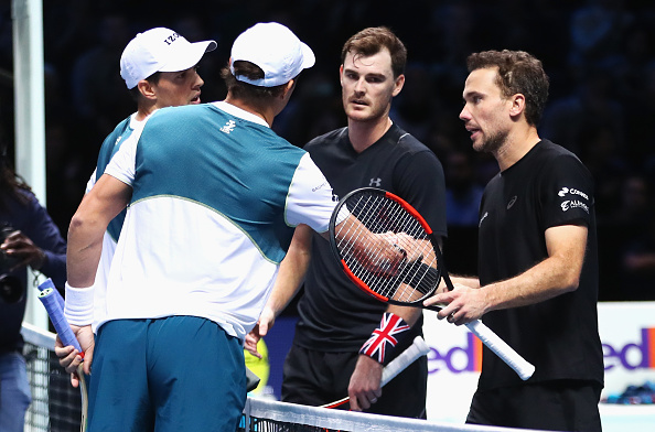 Jamie Murray and Bruno Soares congratulate Bob and Mike Bryan on their win (Photo: Clive Brunskill/Getty Images)