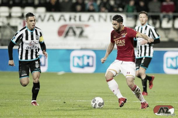 Lance del juego en el partido AZ vs Heracles. / Foto: az.nl