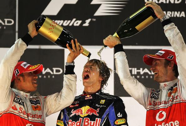 Hamilton (esq.) e Button (dir.) passaram a coroa para Vettel (Foto: Paul Gilham/Getty Images)