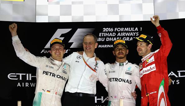 Hamilton (centro), o campeão Rosberg (esq.) e Vettel (dir.) fizeram o pódio (Foto: Mark Thompson/Getty Images)