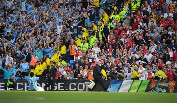 A polêmica comemoração de Adebayor para a torcida do Arsenal, já pelo Manchester City (Foto: Andrew Yates/AFP)