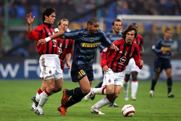 Adriano com a camisa da Inter contra o Milan (Foto: Reprodução / Inter de Milão)