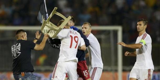 Balaj est violemment agressé par un hooligan serbe (Source: lequipe.fr)