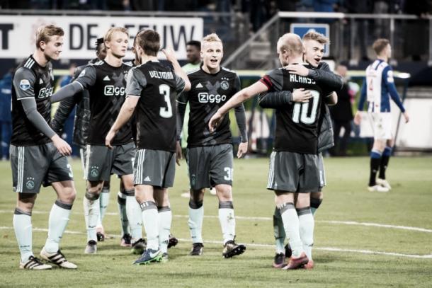 Los jugadores del Ajax felicitándose tras la victoria frente al Heerenveen / Foto: ajax.nl