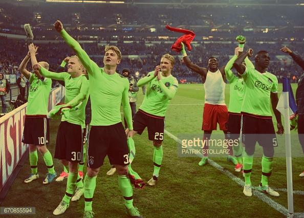 Jogadores do Ajax agradecem aos adeptos após o apito final (Foto:Getty Images)
