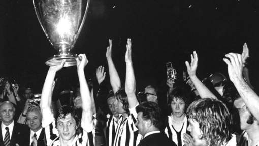 Cruyff levanta la Copa de Europa   Foto: Algemeen Dagblad