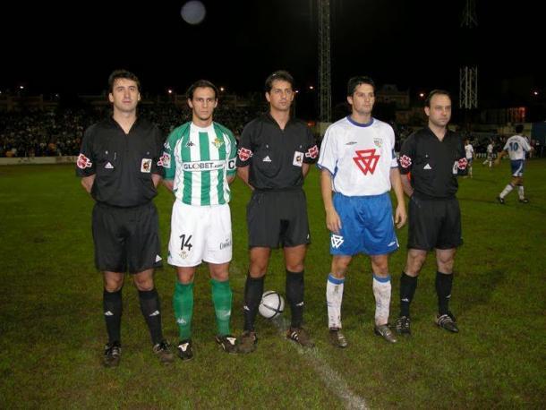 Los capitanes en aquel Alcalá-Betis posan antes del inicio del partido | Foto: Triunfa.es